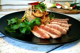 Tonhal tataki , ázsiai üvegtészta salátával