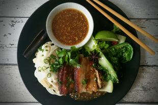 Távol-keleti fűszerezésű ropogós sertés hasaalja,rizstésztával pak choi-val és teriyaki szósszal..