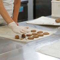 Hogyan lesz omlós a keksz, svungos a piskóta? - egy napom a reform sütiüzemben
