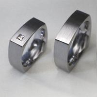 Szögletes titán karikagyűrű