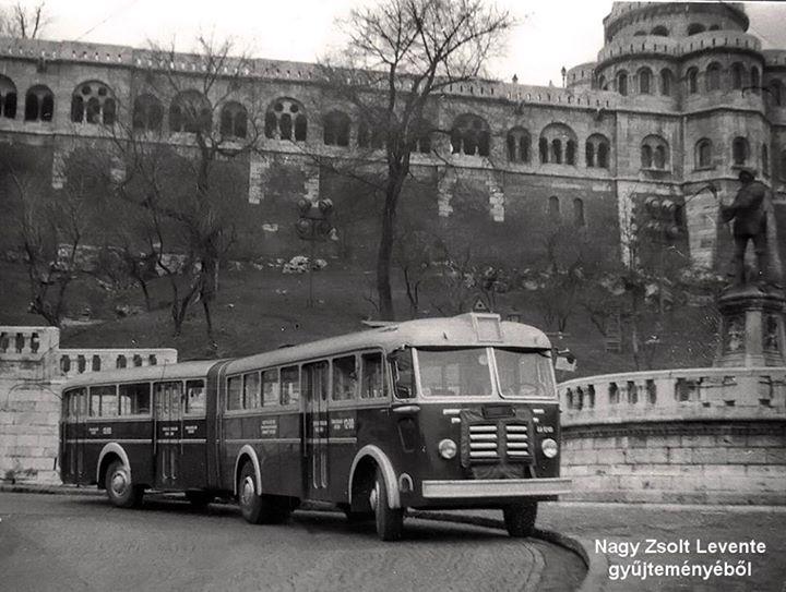 Érdekességként: Az első budapesti csuklós busz próbaúton a Hunyadi János úton, 1960-ban. ( A 16-os vonalán rendszeresen csuklós járat nem közlekedett)