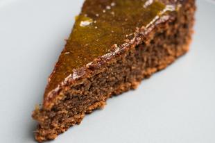 Szezámlisztes, ötfűszeres gluténmentes torta