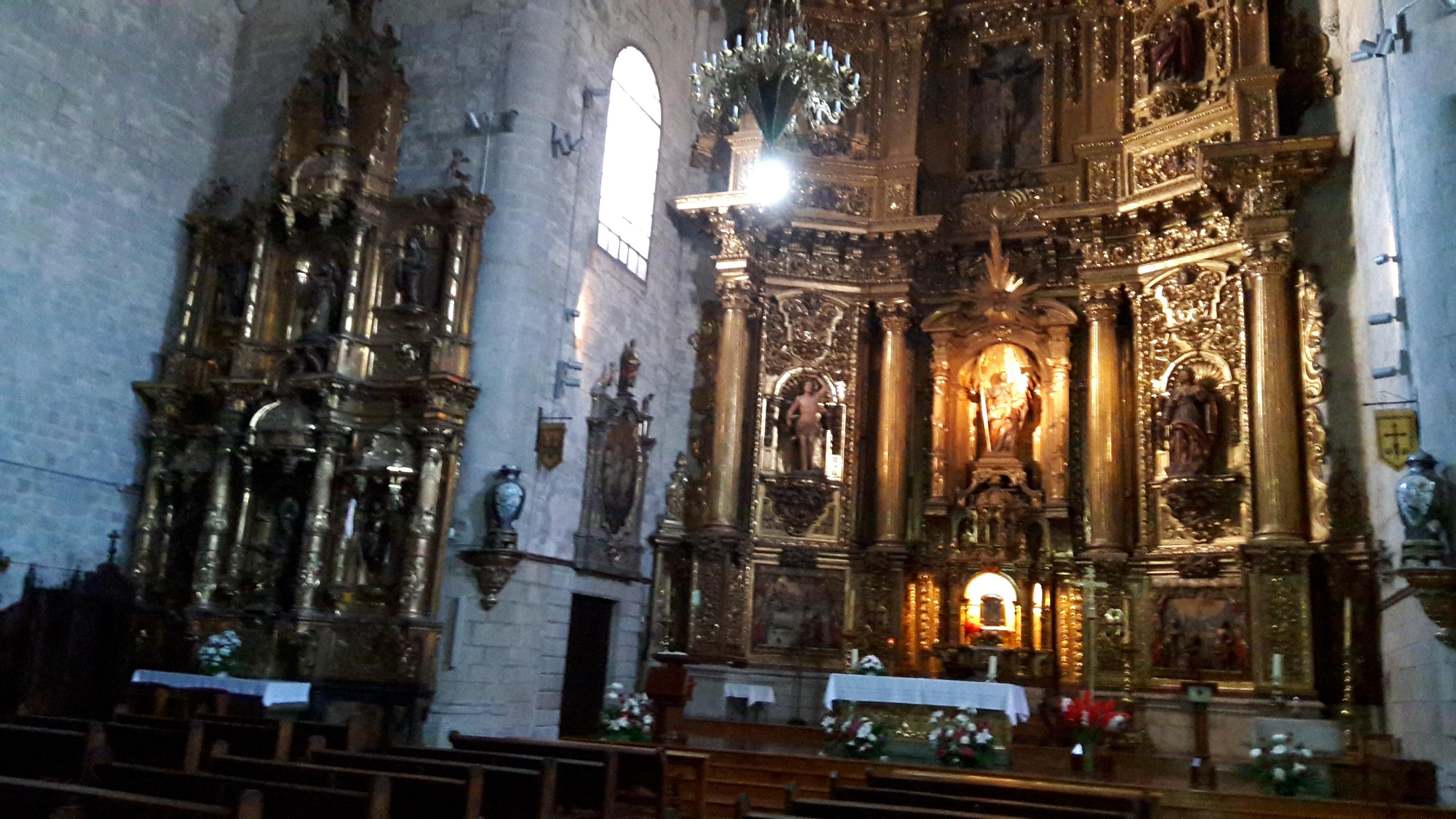 Puente la Reina templomának gyönyörű faragott oltára.