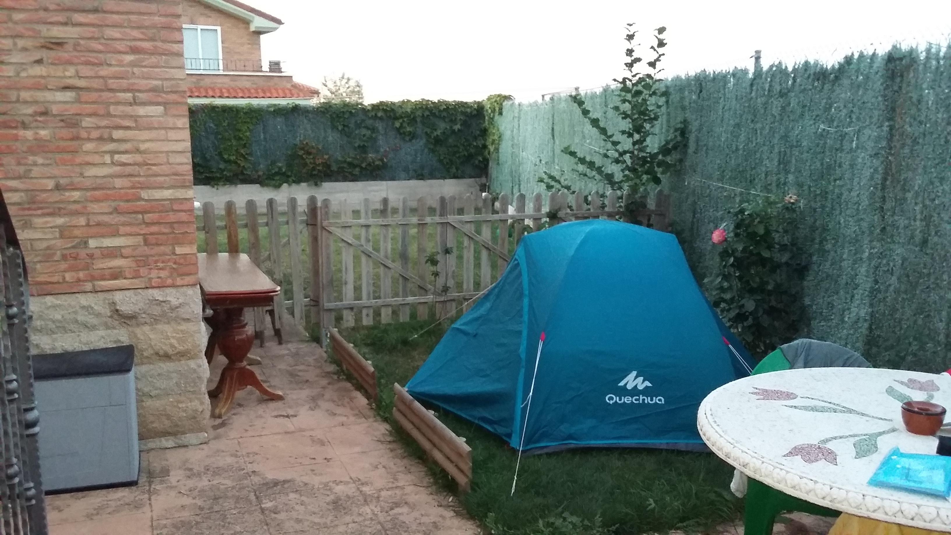 Sotés a negyedik éjszaka egy családi albergue kis kertjében.
