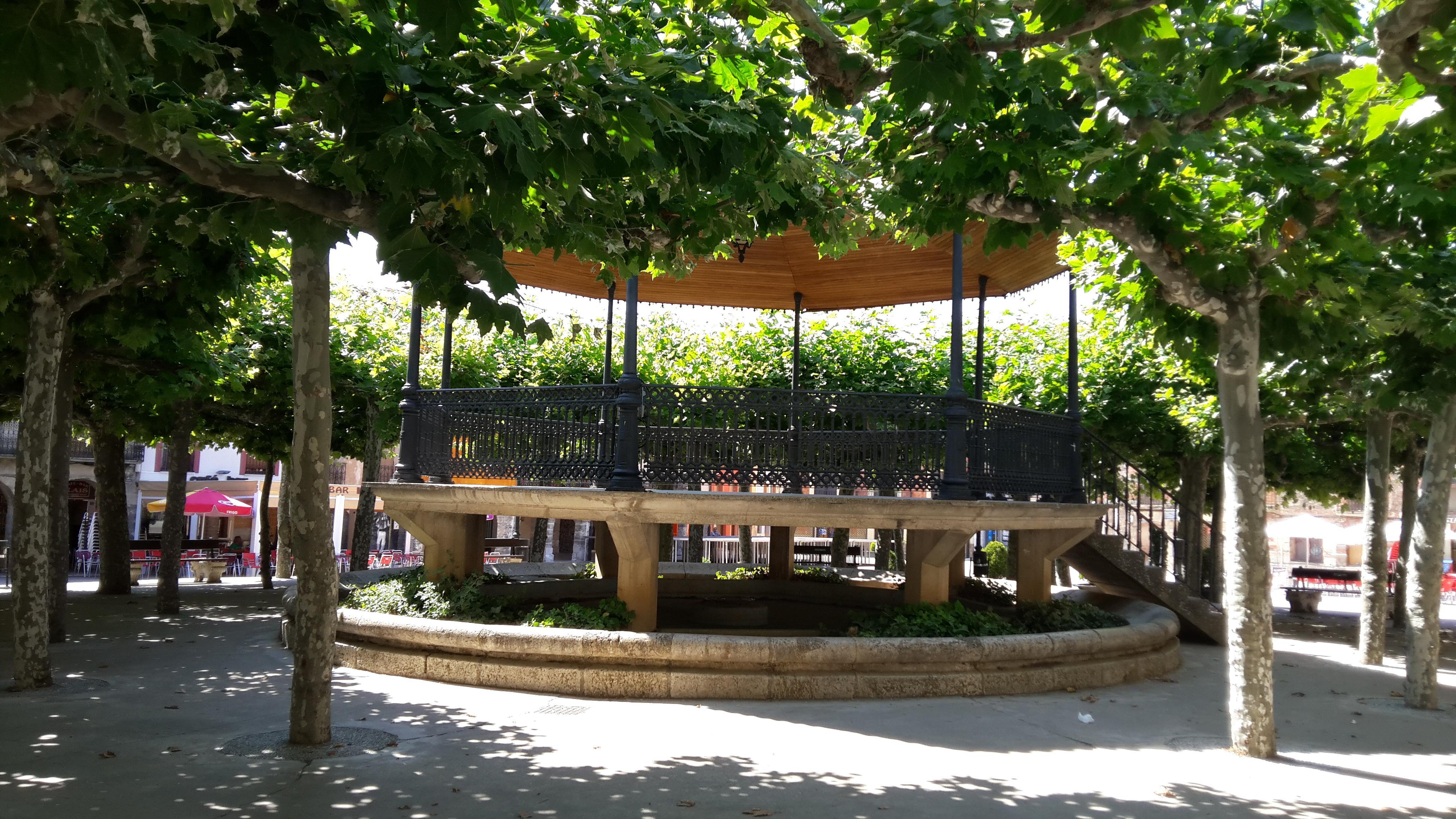 Belorado főtere az árnyas parkkal.
