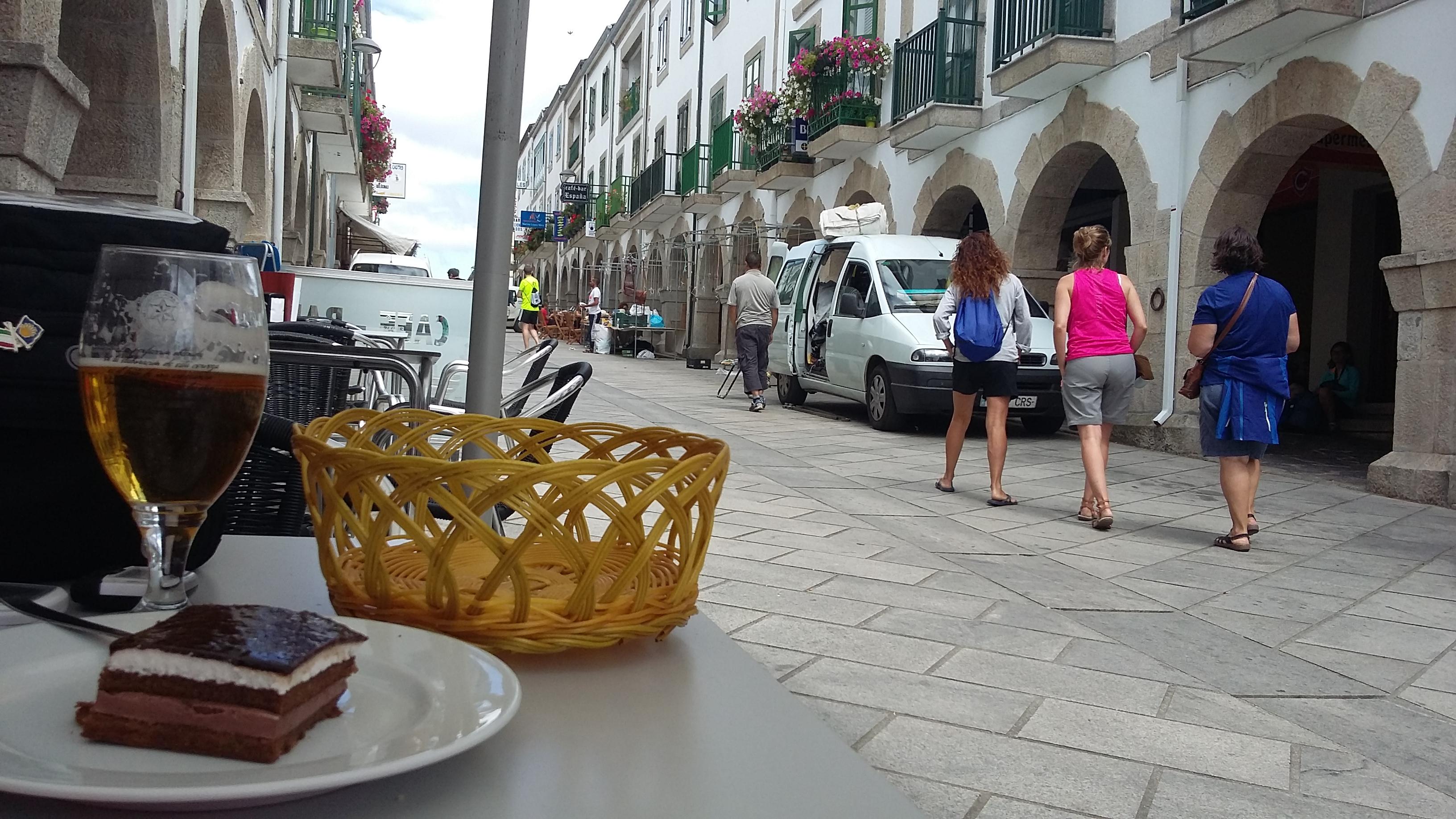 Portomarin a újraépített városban ebéd közben.