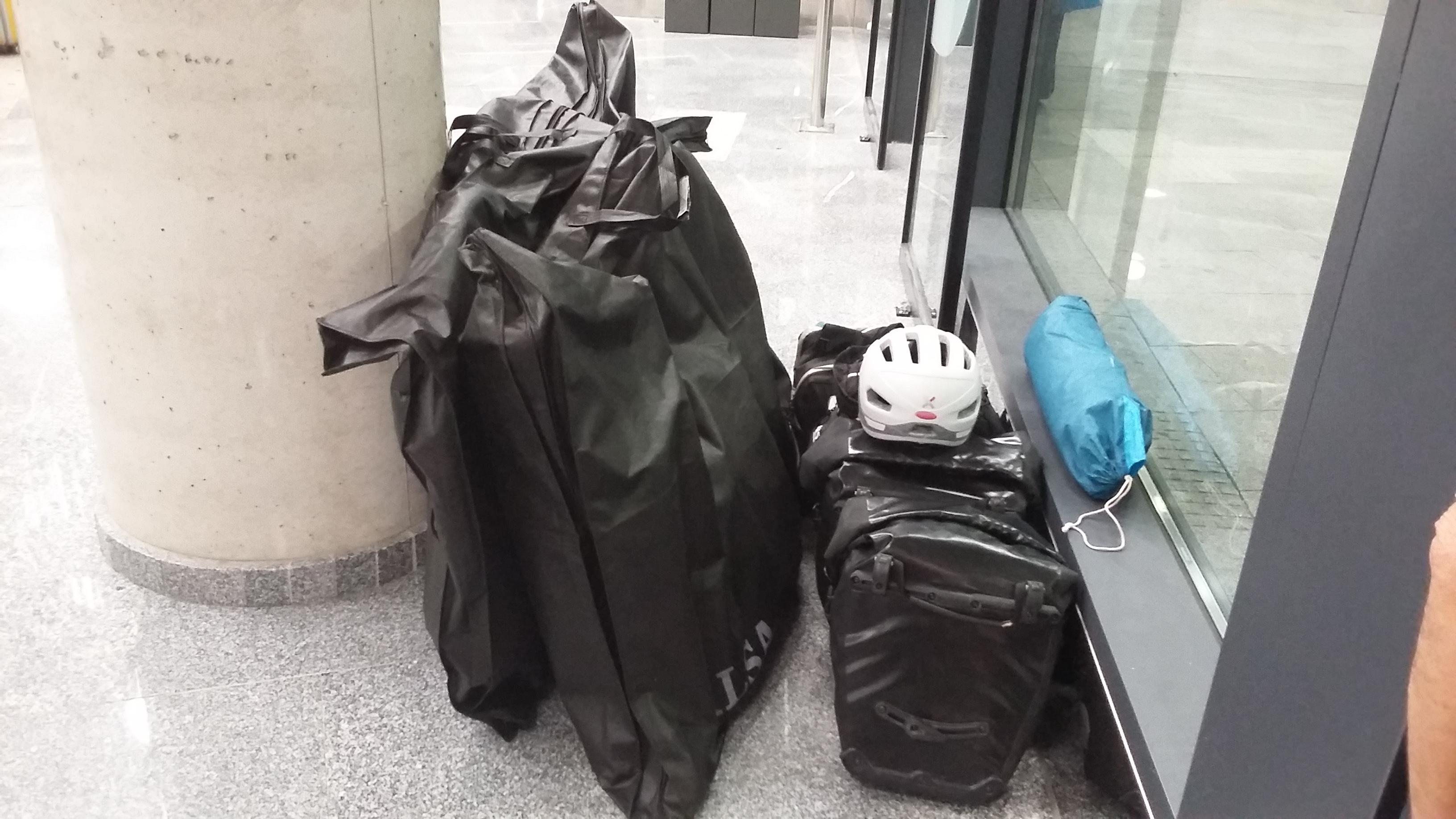 A San Sebastian-i buszmegállóban a csomagunk.