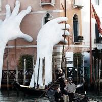 Egy hatalmas kéz menti meg Velencét