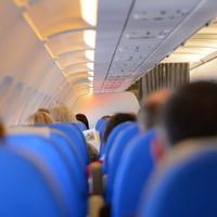 Miért kékek az ülések a repülőkön?