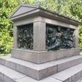 Egy csodálatos síremlék a hársfasor végén