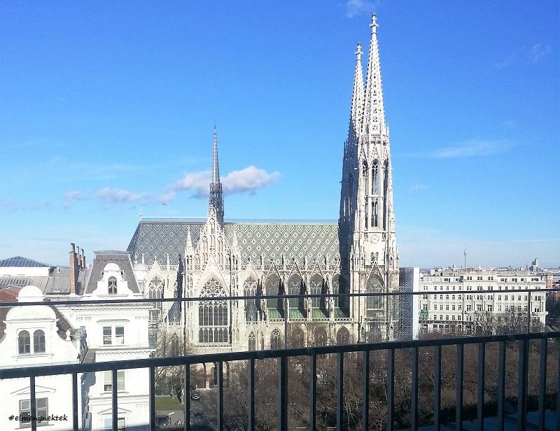 Az étterem a 7. emeleten van és pazar a kilátás a Fogadalmi templomra (Votivkirche).