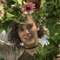 Anti-Valentin napot tart az Oltári csajok színésznője