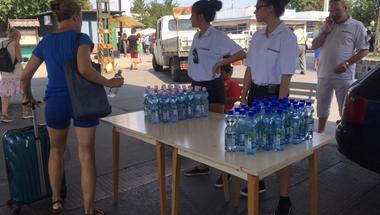 Vízosztással enyhíti az önkormányzat a pokoli hőséget