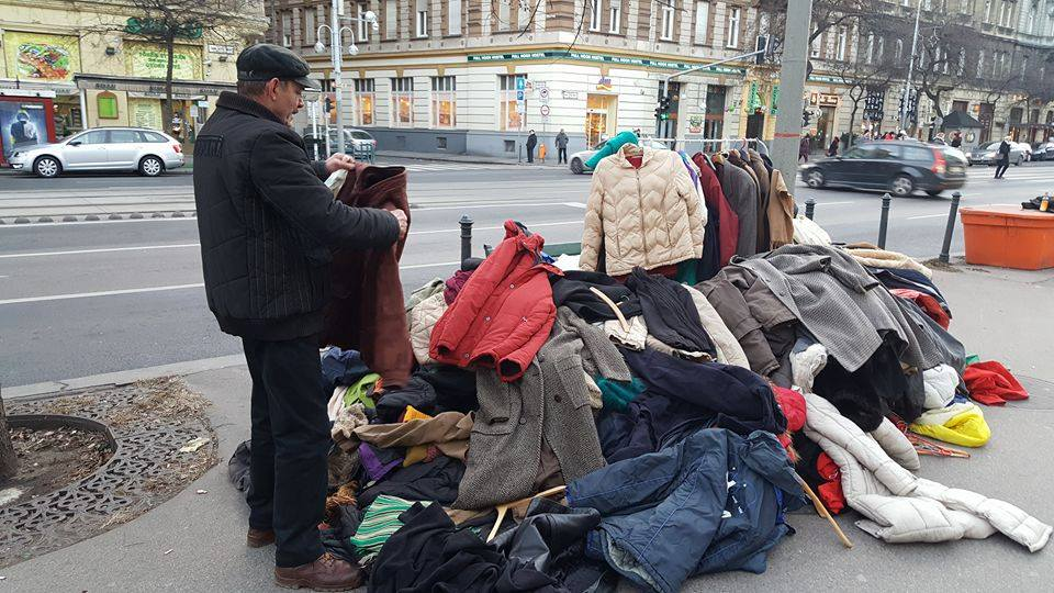 Kabátokat gyűjtenek Szentendrén is, bárki elviheti őket