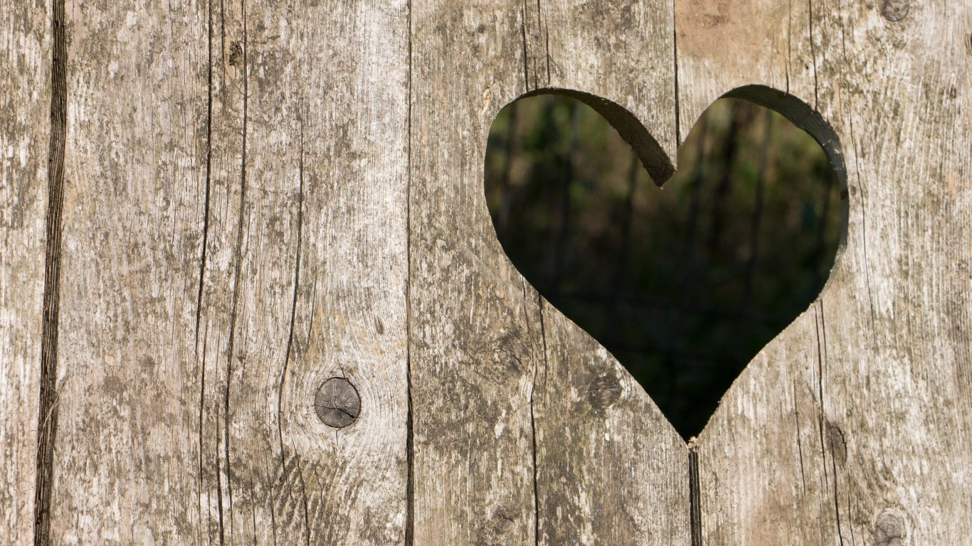 1366x768_old-wood-with-a-missing-heart.jpg
