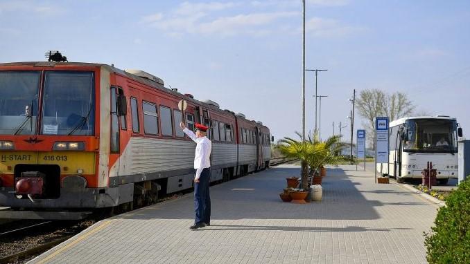 vonatok_es_buzsok.jpg
