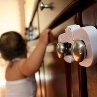 A baba elkezdi felfedezni a lakást