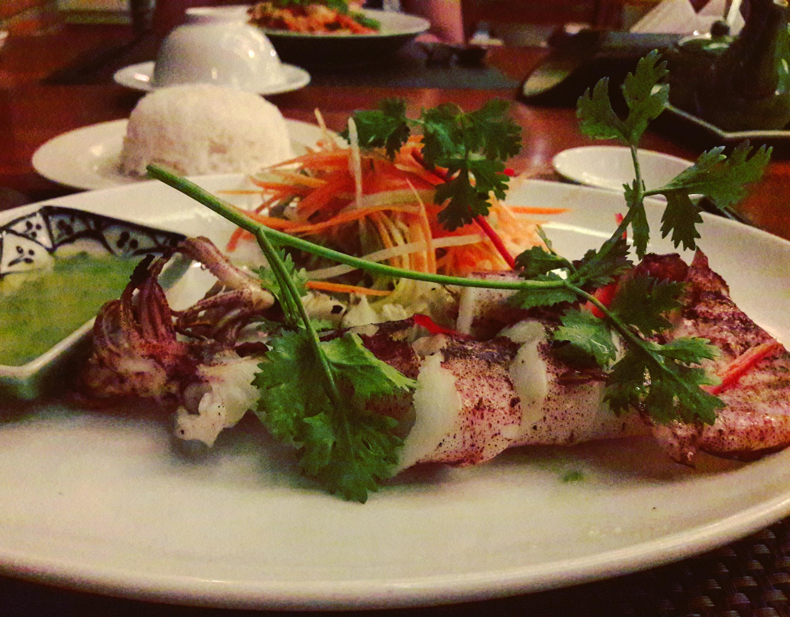 Grillezett friss tintahal gyömbér&répa&chilli salátával, citromfüves-korianderes szósszal - Xin Chao