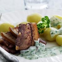 A hónap receptje: Stegt flæsk og persillesous, azaz dán malacsült főttkrumplival és petrezselyemszósszal