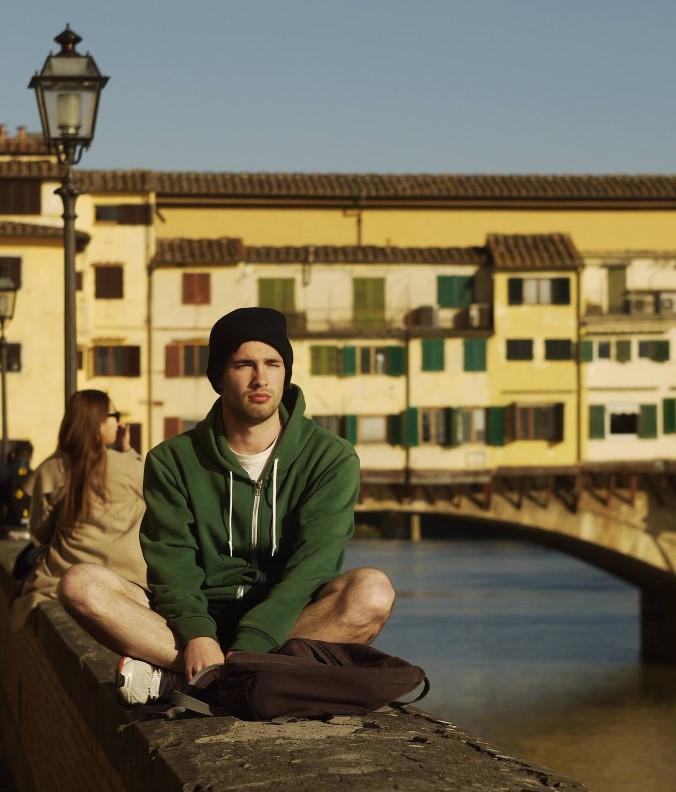 """Kiss András, Olaszország<br /> """"A két legfontosabb készség, amit az Erasmus+ program adott nekem, az a kezdeményezőkészség és a bátorság. Azt tapasztaltam, hogy ezzel a két adottsággal a birtokomban a világ egyáltalán nem veszélyes hely, éppen ellenkezőleg, számtalan lehetőséget kínál fel számomra. Az életre szóló élményeken és kapcsolatokon, valamint az új ismereteken kívül megtanultam főzni, sokkal megfontoltabban bánok a pénzzel, s ezeket itthon is hasznosítani tudom. Mindezeken kívül az utazás, az új helyek, emberek és ingerek keresése életem alapelemeivé váltak, amelyek folyamatos fejlődésre serkentenek és mozgásban tartanak."""""""