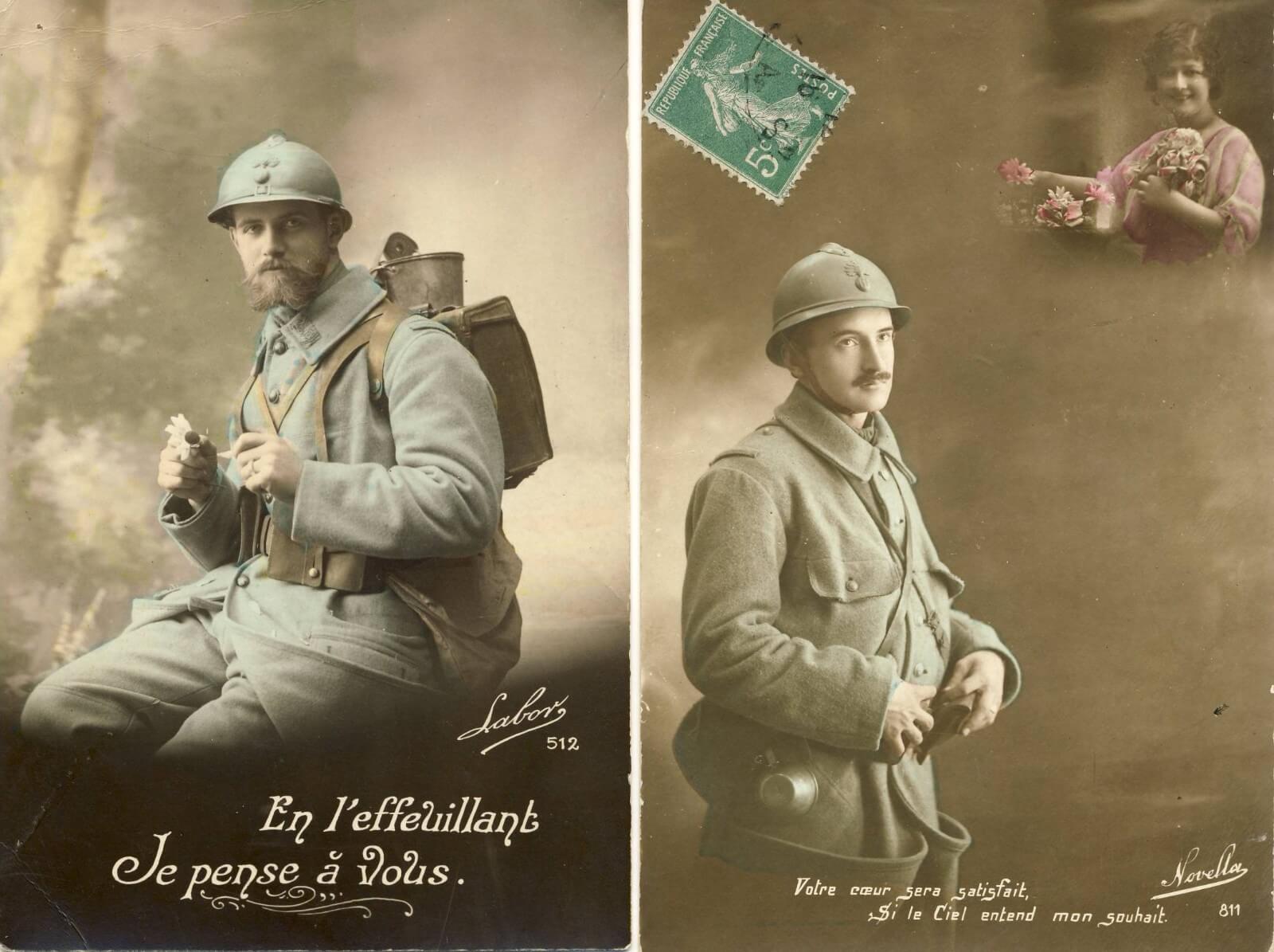 Színezett fekete-fehér képeslap francia katonákról teljes hadifelszerelésben az első világháború idejéről, üdvözlet az otthonmaradottaknak. Ezeket a hadiképeslapokat kedves üzenetek, mondások, versek díszítették.