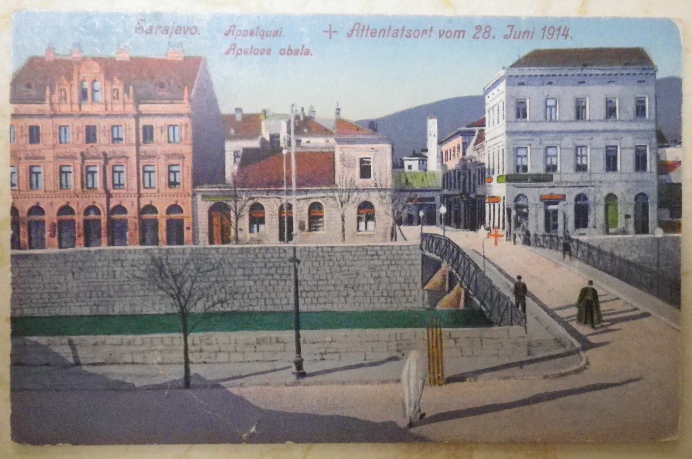 Képeslap Szarajevóból, rajta piros kereszttel megjelölve a hely, ahol Ferenc Ferdinándot meggyilkolták 1914. június 28-án.