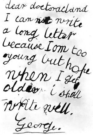"""György, azaz a későbbi V. György brit király képeslapja Sir Henry Acland orvosnak a képeslapok őskorából, az 1870-es évekből. """"Dear doctoracland I can not write a long letter because I am too young but hope when I get old I shall write well. George"""", azaz """"Kedves dr. Acland, nem tudok hosszú levelet írni, mert még túl fiatal vagyok, de remélem, ha megnövök, jól tudok majd írni. György."""""""