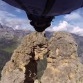 Wingsuit-tal egy két méteres hasadékon át! (Videó)