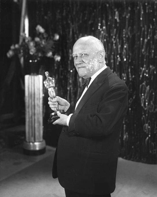 carl_laemmle_holding_an_oscar_trophy_1930.jpg