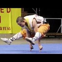 Shaolin pap  a két ujján egyensúlyozik..