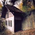 Fake-építészet: betonból kizsaluzott erdők és nyaralók, amelyek bunkerek