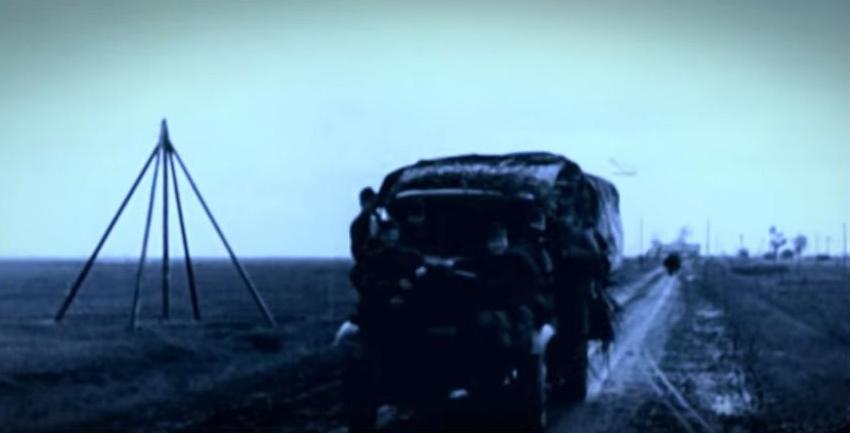 Előrenyomuló magyar gépesített menetoszlop (Fotó: Magyar korridor - Varsó 1944 című film)