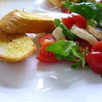 Vasárnapi reggeli - mozarellás paradicsomsaláta pirított parmezános kenyérrel