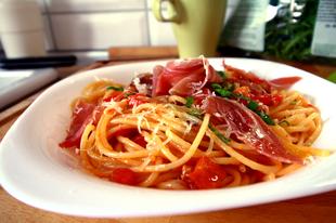 Spagetti grillezett kápia paprikával, pármai sonkával
