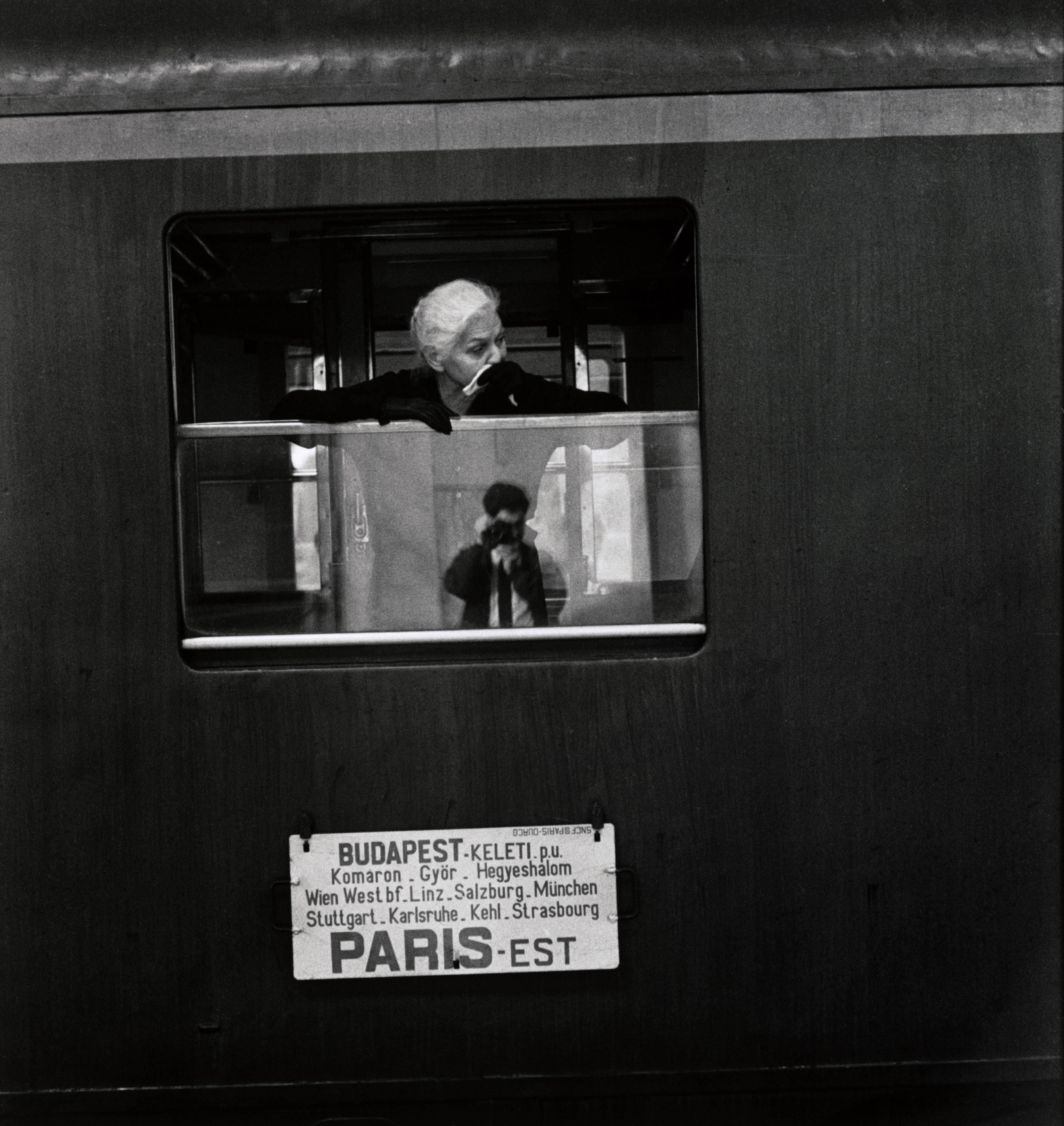 Az ablaküvegen Elliott Erwitt tükörképe, Budapest, Magyarország, 1964 © Elliott Erwitt  Magnum Photos<br />