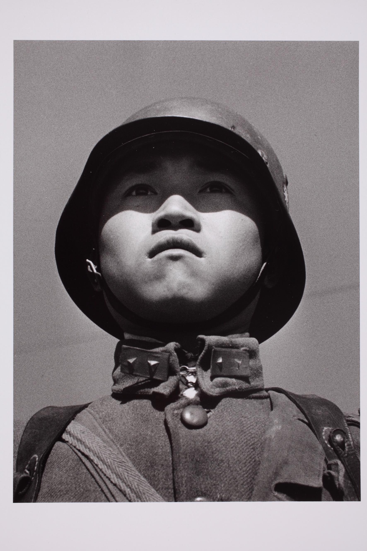 Egy tizenéves kínai katona portréja. Hankou, Kína, 1938. március. © Robert Capa © International Center of Photography/Magnum Photos