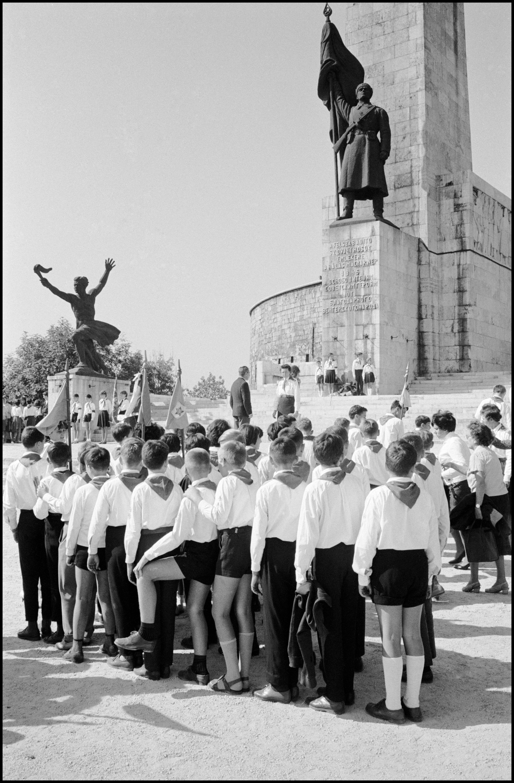 Úttörő csapat tisztelgése. Budapest, Magyarország © Elliott Erwitt / Magnum Photos
