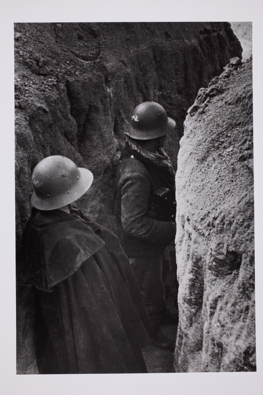 Két köztársasági katona az egyetemi városrészben levő klinika körül ásott földsánc árokban. Madrid, Spanyolország, 1937. február. © Robert Capa © International Center of Photography/Magnum Photos