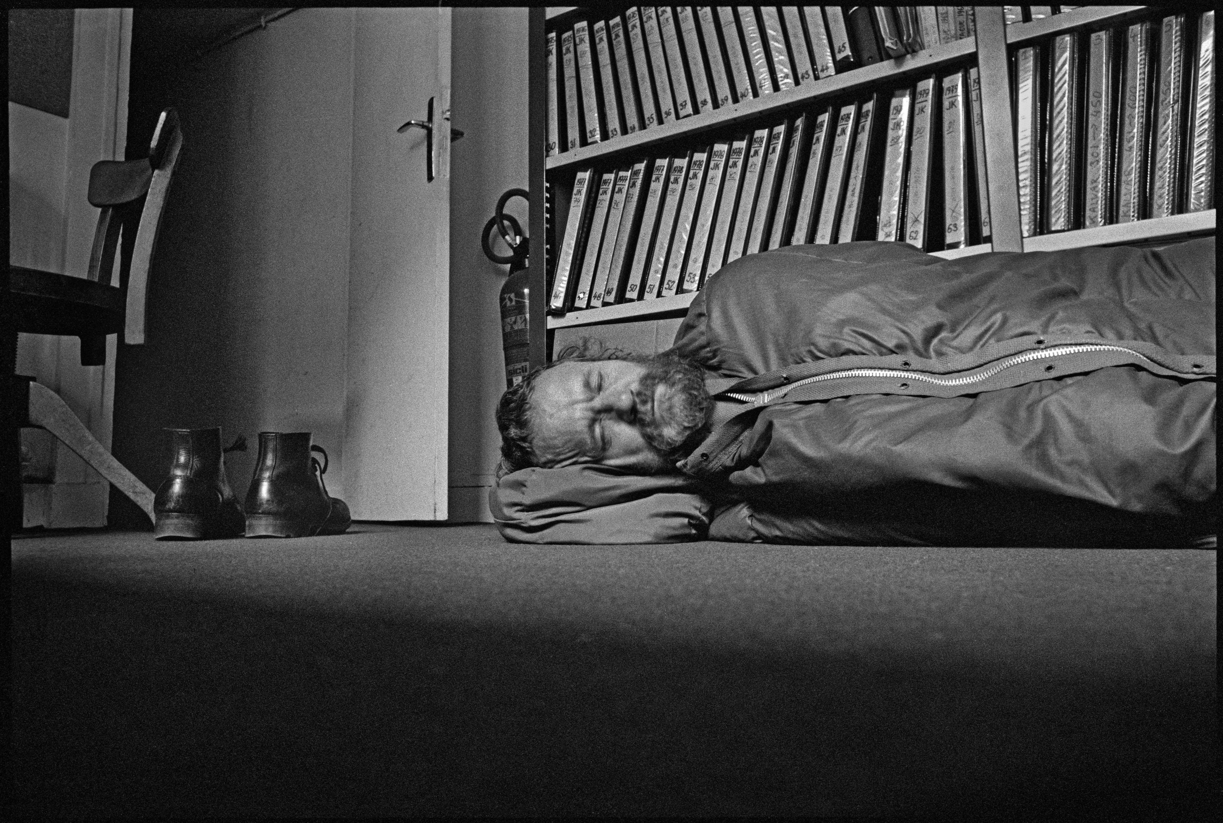 Josef Koudelka: A Magnum Fotóügynökség irodájában, Párizs, 1984<br />© Josef Koudelka / Magnum Photos
