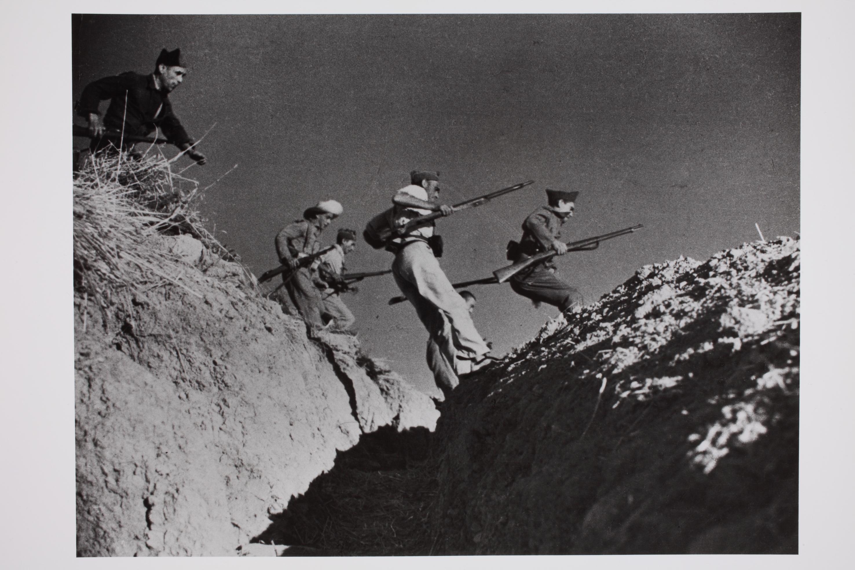 Köztársasági milicisták egy vízmosást ugranak át. Cerro Muriano, Córdoba front, Spanyolország, 1936. © Robert Capa © International Center of Photography/Magnum Photos