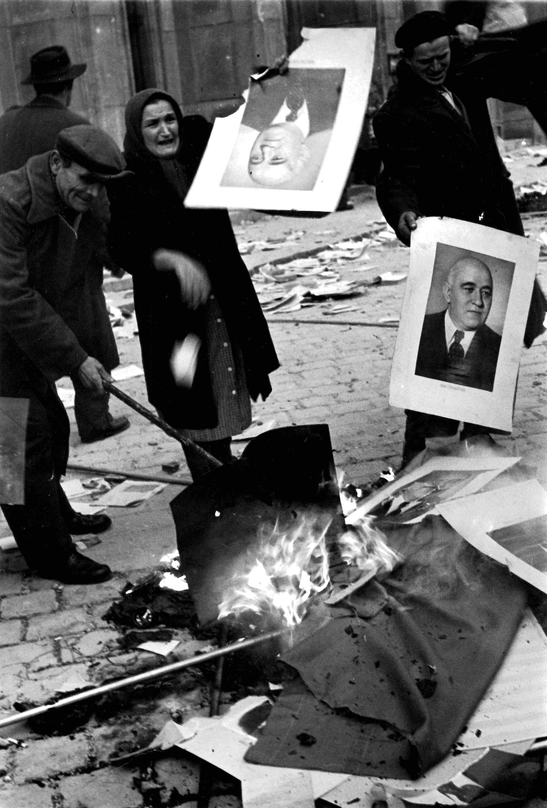 Erich Lessing<br />Felkelők Rákosi Mátyás portréit égetik el, Budapest, 1956. október<br />© Erich Lessing