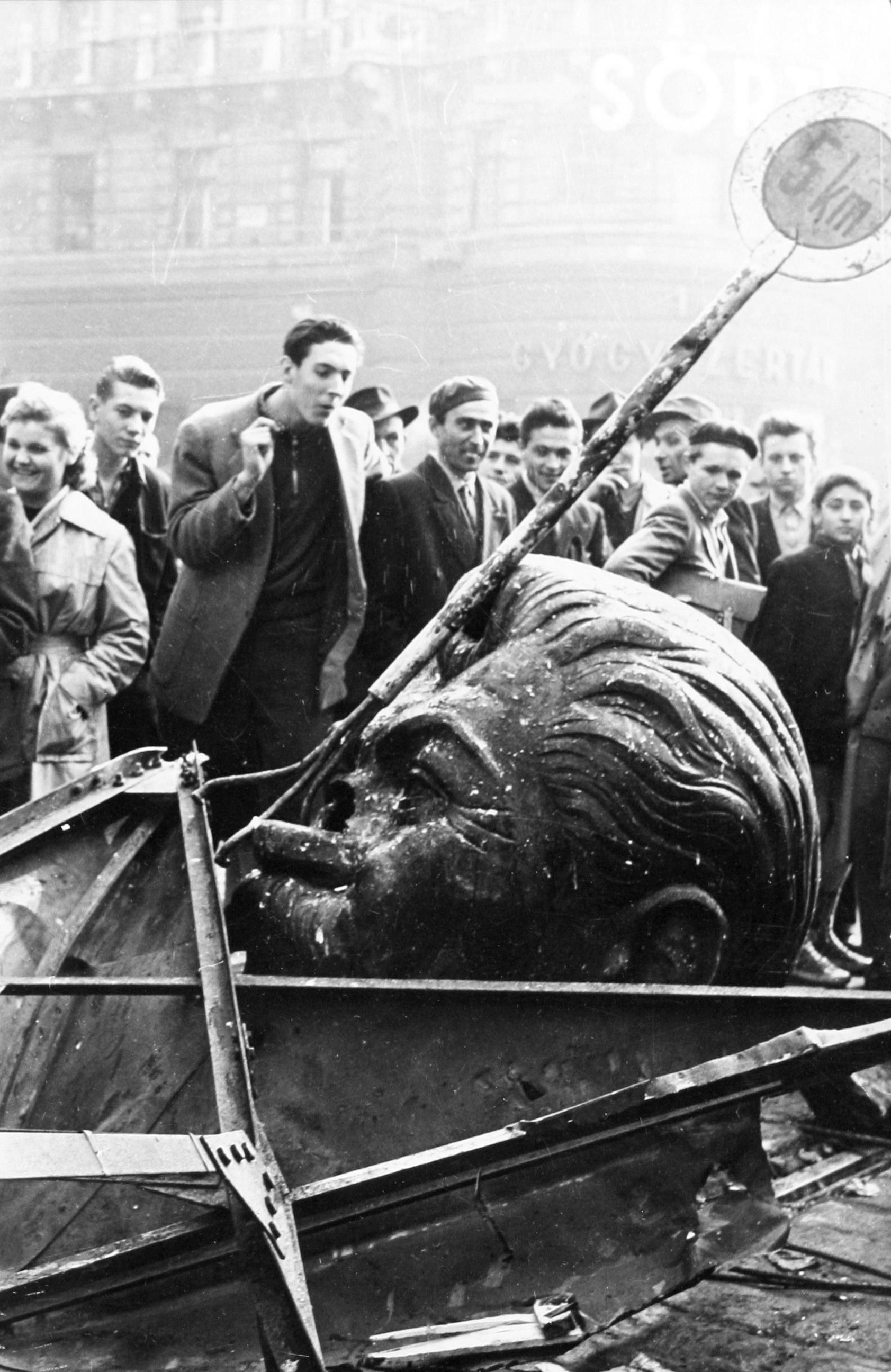 Rolf Gillhausen<br />A ledöntött sztálin-szobor, Budapest, 1956. október<br />© Rolf Gillhausen
