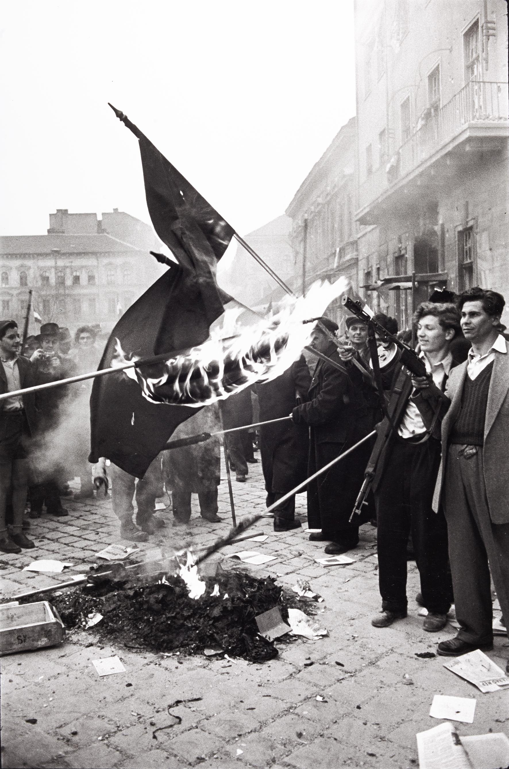 Erich Lessing<br />Szovjet zászlókat égetnek el a kommunista párt székházának elfoglalása után. Budapest, 1956. október 30., Köztársaság-tér.<br />© Erich Lessing