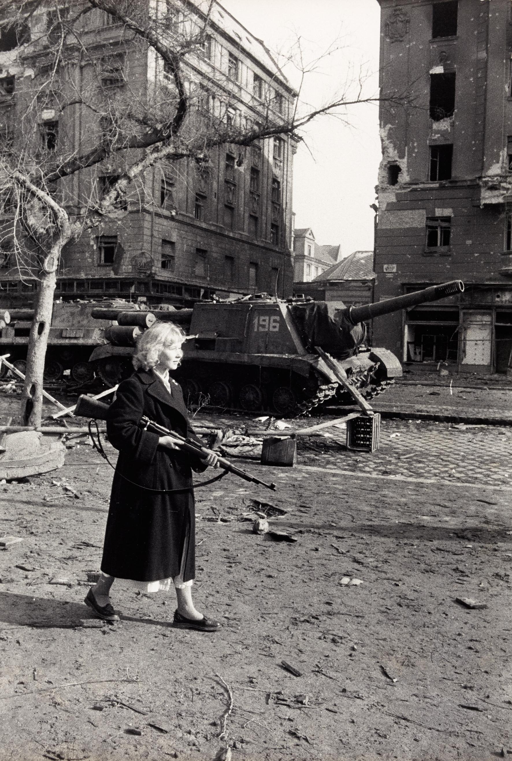 Rolf Gillhausen: Felkelő a József körút és az Üllői út sarkán, Budapest, 1956. október.<br />© Rolf Gillhausen