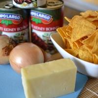 Babpüré tortillachips-sel és paradicsomos salsával
