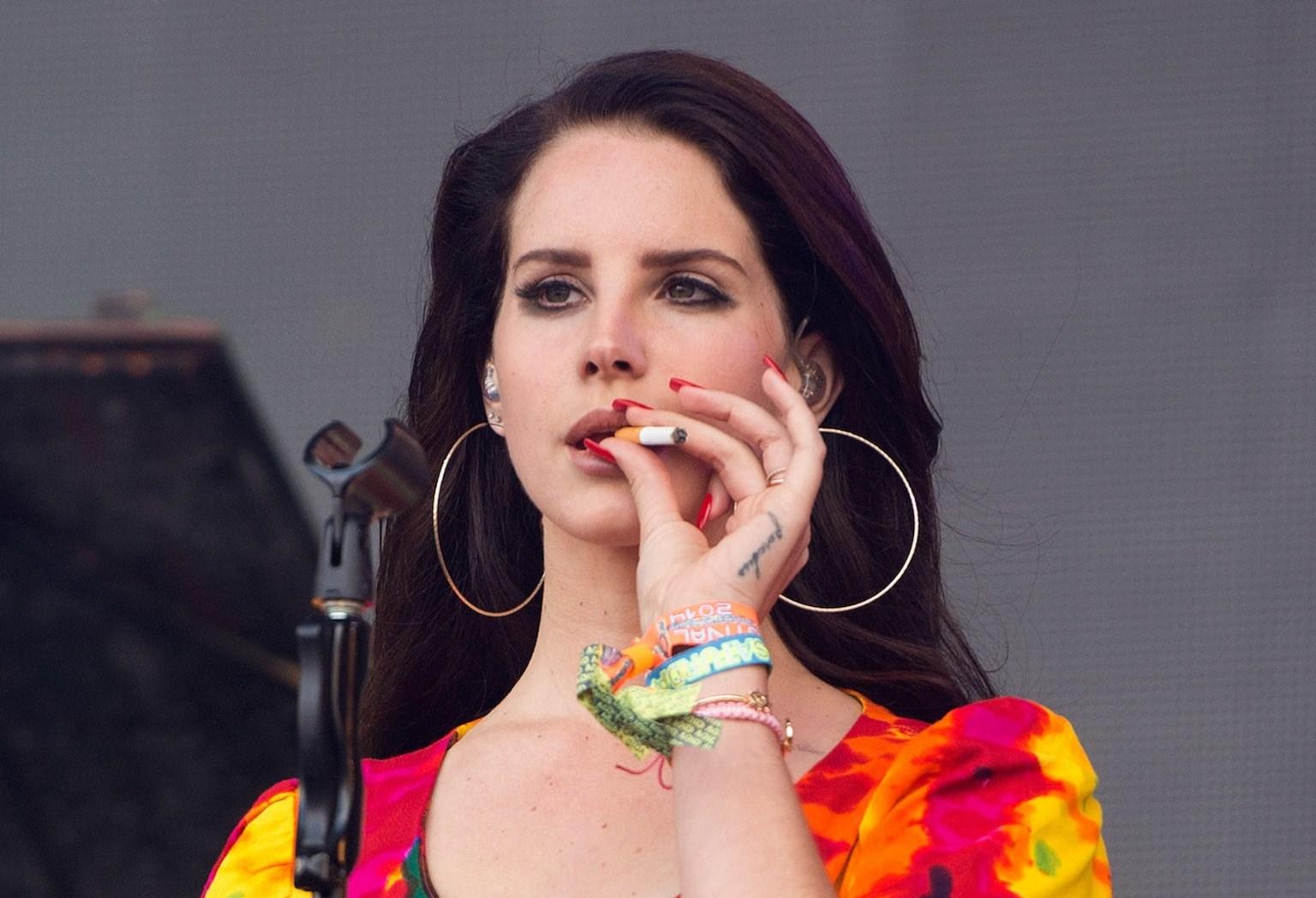 lana-del-rey-smoking.jpg