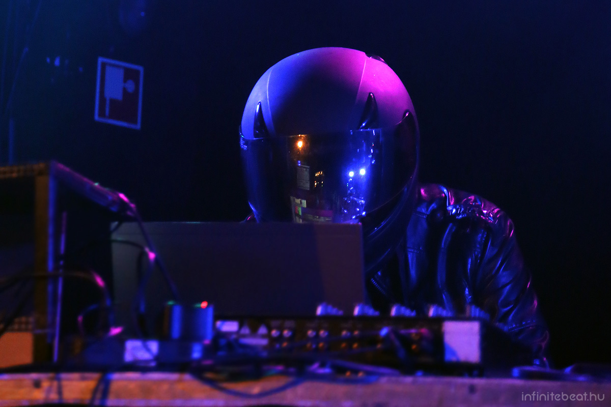 carpenterbrut150912_03.jpg