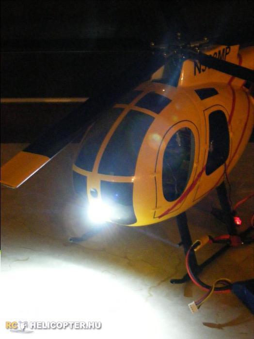 Az MD 500-as homloklámpája - nagyon durva fényerővel