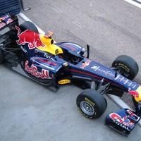 Négy csapat autóbemutatójával kezdődött a 2011-es szezon első tesztnapja