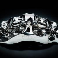 A világ első nyomtatott titán féknyergét mutatta be a Bugatti